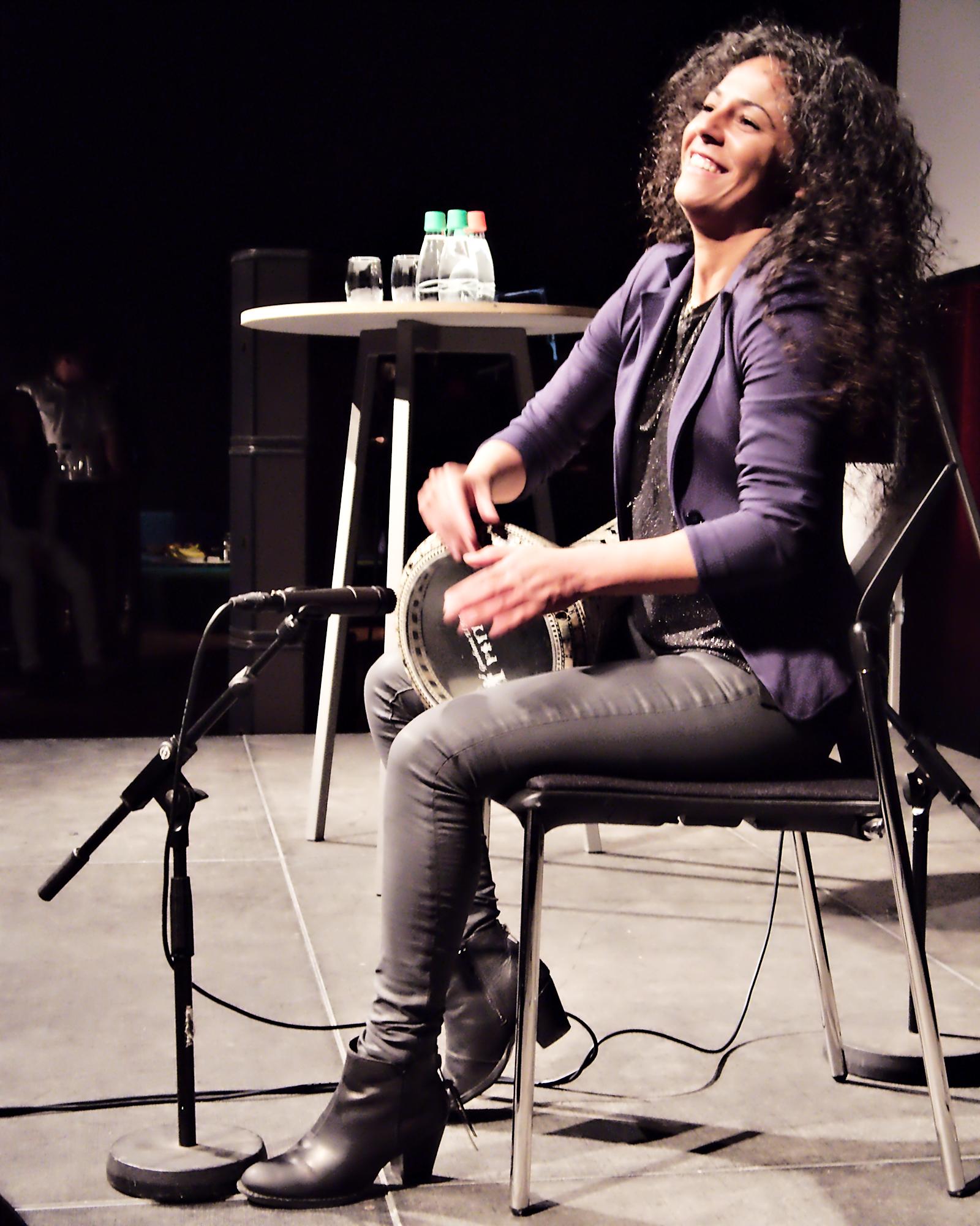 Simona Abdallah slår på tromme